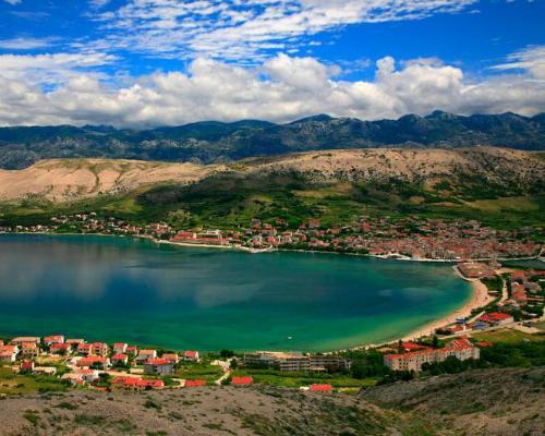 L'isola di Pag in Croazia è una meta perfetta per chi cerca divertimento ed un mare da favola.